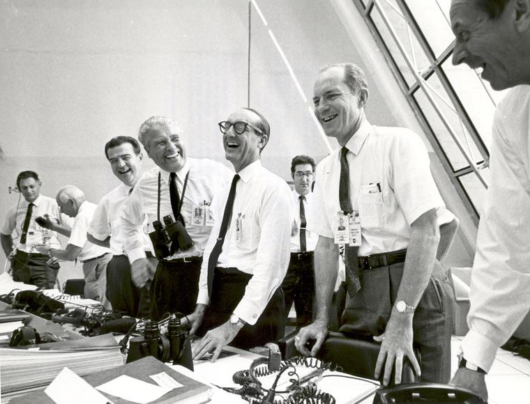 George Mueller (középen)