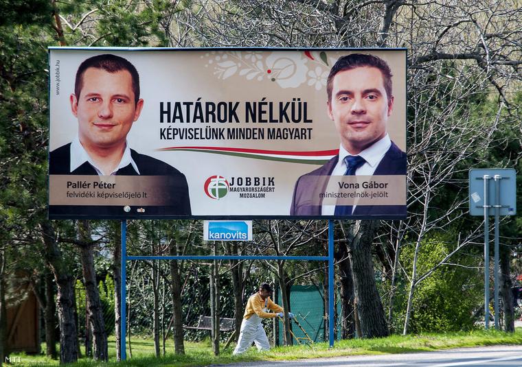 Pallér Péter képviselőjelöltet és Vona Gábor pártelnököt miniszterelnök-jelöltet ábrázoló országgyűlési választási plakátja a felvidéki Alistál településen 2014-ben.