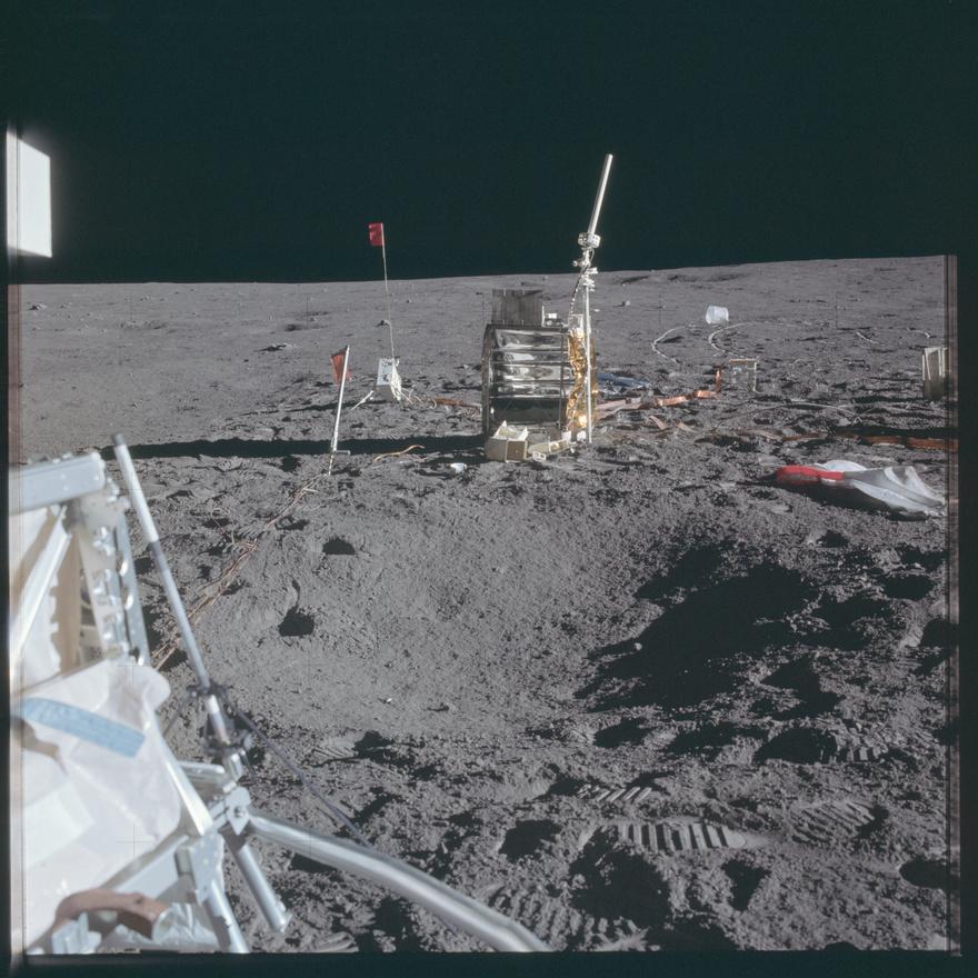 A zászlók története amúgy elég érdekes, a NASA eleinte ellenállt a politikai kívánságnak, mondván hogy feleslegesen veszélyezteti az űrhajósok és a kutatási program biztonságát egy egyértelműen politikai indíttatású közjáték, ráadásul sokáig abban sem volt megállapodás, hogy milyen zászlót is vigyenek fel. Eleinte az ENSZ lobogóját tervezték, de aztán az USA teljesen egyértelművé tette, hogy nem tart igényt a Holdra gyarmatként, így a nemzet teljesítménye előtti tisztelgéssé egyszerűsödött az amerikai zászló kitűzése.