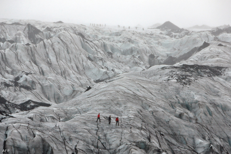 Turisták sétálnak aSolheimajokull gleccseren, ami az elmúlt években egy kilométert húzódott vissza a felmelegedés következtében.