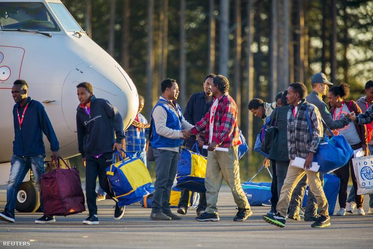 Eritreai menekültek érkeznek repülőgéppel Svédországba Olaszországból