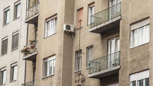 Mik ezek a rejtélyes izék a Csalogány utcai házak falán?