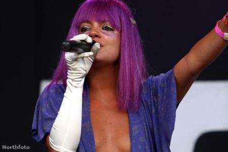 Lily Allen a Glastonbury fesztiválon Michael Jackson-szerű kesztyűben