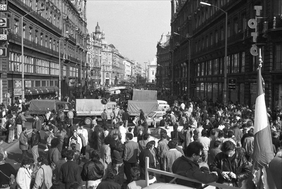 Tüntetők a lezárt az Erzsébet híd pesti hídfőjénél, 1990. október 26. 1990-ben havi 13 446 forint volt az 5,1 millió alkalmazottként dolgozó magyar átlagkeresete. A blokádot kiváltó októberi kormánydöntés előtt 36 forint volt az ólommentes benzin literenkénti ára, vagyis a havi bruttóból 373,5 liter benzinre futotta volna, amiből egy 10-11 literes átlagfogyasztású Ladával eljuthattak volna Moszkvába, és visszafelé nagyjából Kijevig. A tervezett áremelés után literenként 61 forintos áron már csak 220 liternyi, Moszkváig elegendő benzinre futotta volna.