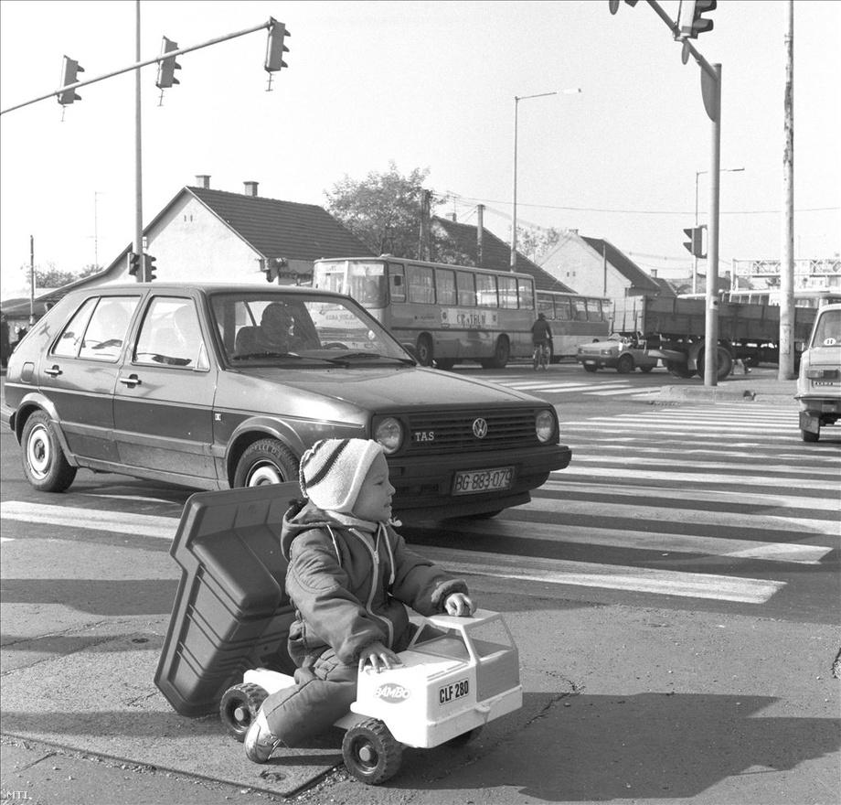 Kisgyermek dömperezik a székesfehérvári Móri út bevezető részénél. 1990-ben kétmillió gépkocsi volt Magyarországon. Érdekes, hogy az autóállomány tíz év alatt egymillióval bővült (és előtte, 1975 és 1980 között öt év alatt majdnem félmillióval), míg 1990 óta több mint tizenöt évnek kellett eltelnie ahhoz, hogy újabb plusz egymillió személyautónk legyen. A leggyakoribbak a KGST-ben gyártott autók voltak: Ladák, Skodák, Daciák, Wartburgok és Trabantok. Fellendült a használt autópiac, egyre több Ausztriában vagy az NSZK-ban leselejtezett nyugati autó került forgalomba.