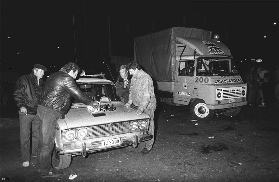 Miskolcon a taxisok sakkpartival múlatták az időt a lezárt Búza téri kereszteződésben. A kormány és a magánfuvarozók képviselői október 26-ról 27-re virradó éjszaka 1 óra után pár perccel ideiglenes megállapodást kötöttek. A fuvarozók képviselői a blokád felfüggesztésére szólították fel társaikat. A tárgyalások másnapi folytatását és az Országos Érdekegyeztető Tanács összehívását ígérték. A cél az volt, hogy hétfő estig kompromisszumos megoldást találjanak, addig a felemelt árak maradtak érvényben. A taxisok képviselői azzal indokolták a döntést, hogy kollégáik pihenhessenek.