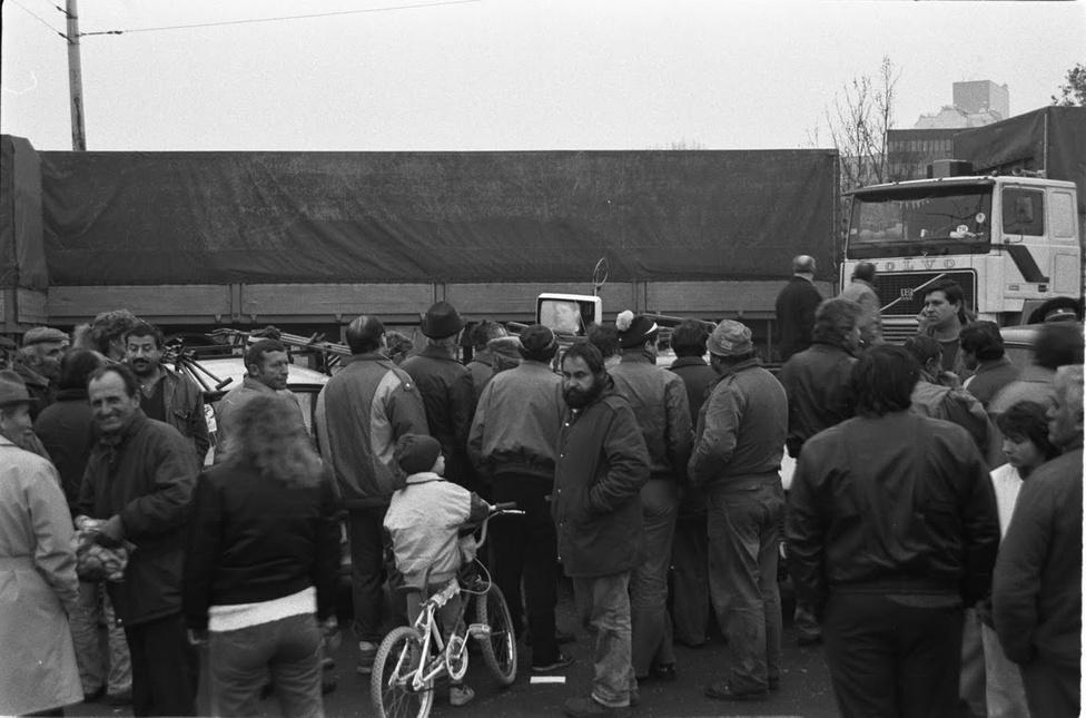 Október 26. reggelére az országszerte mindenütt csatlakoztak a taxisok az útlezárásokhoz. Bécs és Győr között beállt az M1-es autópálya és az 1-es főút, Oroszlánynál a bányászok nem tudták felvenni a munkát. Megbénult Debrecen, Székesfehérvár, Szeged, Szolnok és Vác is, Sopronban és Mosonmagyaróváron a határátkelőket zárták le a tüntetők. Estére csak a Szovjetunió felé lehetett elhagyni az országot.