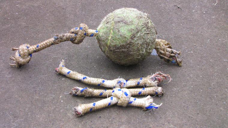 A két csomó a labda két oldalán volt eredetileg