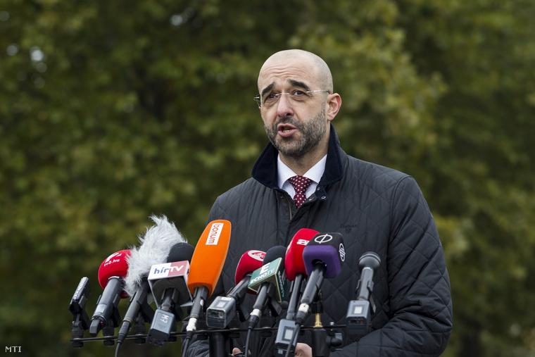 Kovács Zoltán kormányszóvivő sajtótájékoztatót tart a Készenléti Rendőrségen ahová ötven szlovákiai rendőr érkezett 2015. október 20-án.