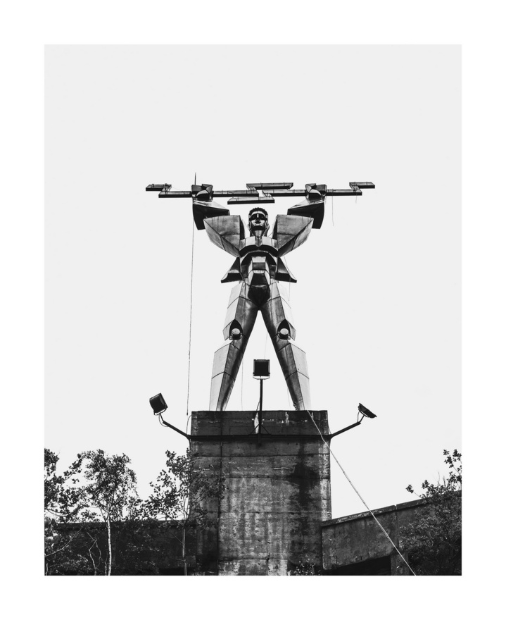 """IKudász Gábor Arion Emberi lépték című, fekete-fehér sorozatával nyerte el az elismerést, a képek központi eleme a tégla, ami szerinte """"egy igen szófukar tárgy, amelybe oly sok emberi tulajdonság van préselve, hogy a későbbiekre nézve tökéletes jelképnek bizonyult."""" 2014 tavaszán kezdett dolgozni az ötleten, a munkája során több téglagyárat meglátogatott, ahol a munkásokkal is beszélgetett, majd 2015-ben visszatért több gyárba is, hogy többszereplős jeleneteket hozzon létre. """"Egy nyolc órás műszakban egyetlen ember keze alatt 12-18.000 darab tégla születik, azaz minden harmadik órában egy-egy családi ház anyagszükséglete."""" - mondta egy interjúban a fotózásról."""