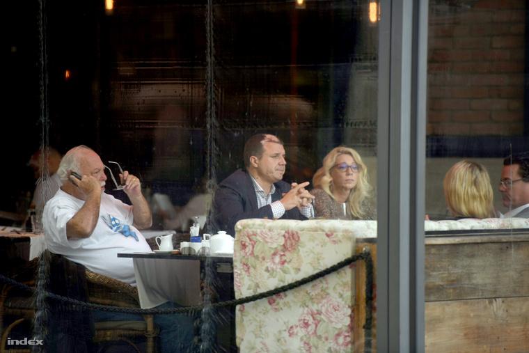 Andy Vajna telefonál, mellette Simon Zsolt ül, velük szemben pedig Dirk Gerkens és Yvonne Dederick