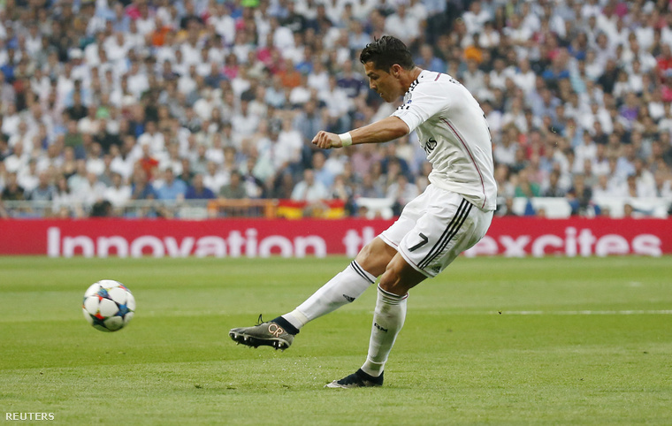 Cristiano Ronaldo próbálkozik.