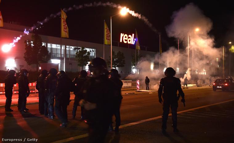 Szélsőjobbosok és rendőrök összecsapása egy heidenaui menekülttábornál augusztus 22-én