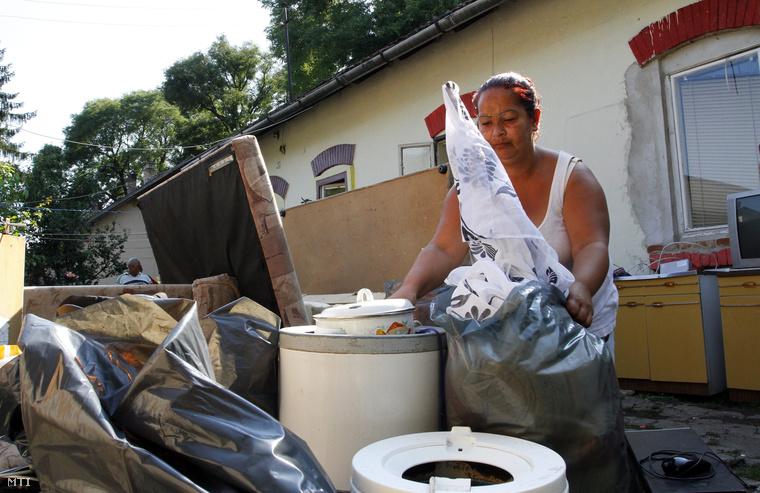 A kilakoltatott Szamkó Józsefné bútoraival és értékeivel az udvaron a miskolci Hatodik utcában 2014. augusztus 5-én. Bírósági végrehajtást követően két lakásból költöztettek ki augusztus 5-én embereket Miskolc egyik úgynevezett nyomornegyedéből.