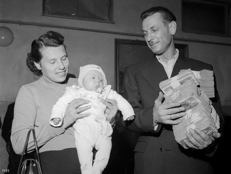 Rádspiller Béla feleségével legkisebb gyermekével és a totónyereménnyel.