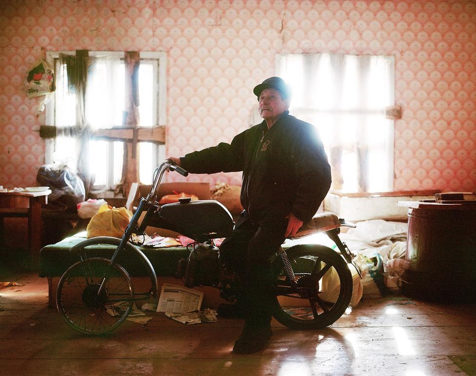 Amikor először elindult fényképezni Pilcene-be, a fotós idealizált vidéki életképeket képzelt el magának, rekonstruálni akarta az emlékeket, létrehozni a saját családi albumát. Időközben azonban a nosztalgikus fotóalbum valami más is lett: drámai portré a falu talán utolsó lakóiról.