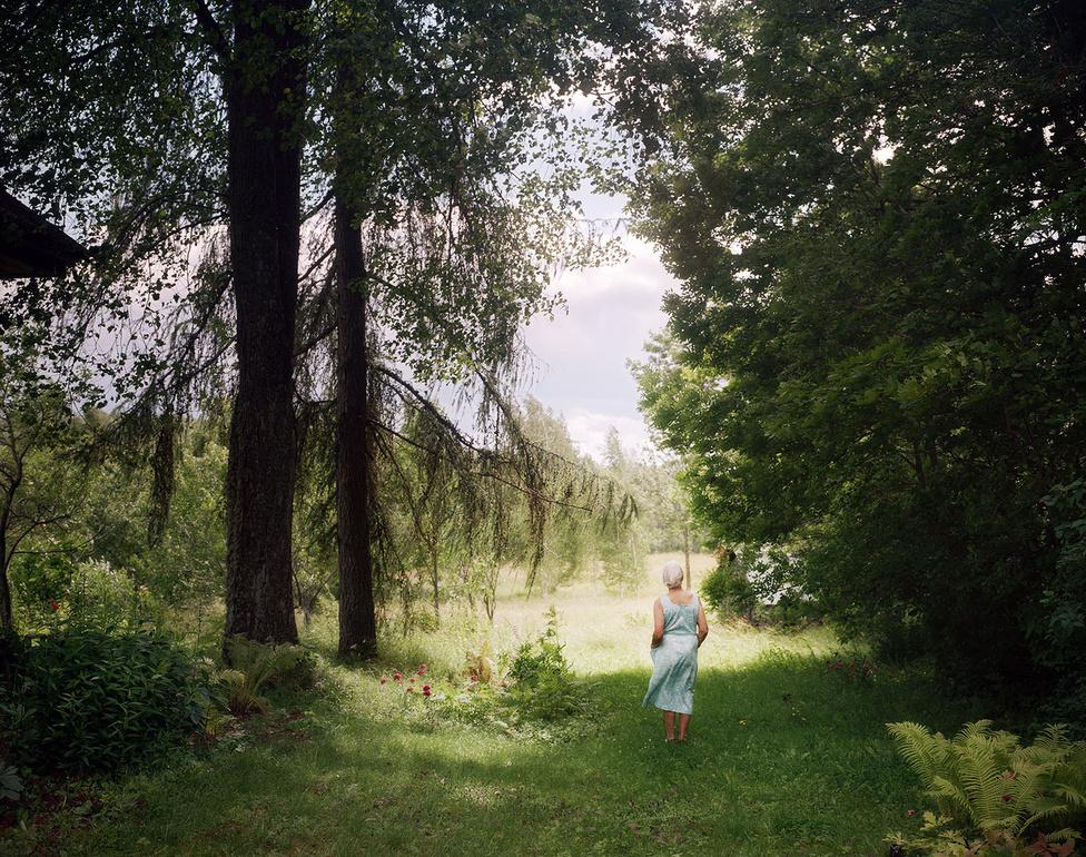 """""""Az életünk többé már nem kapcsolódik egy bizonyos különleges helyhez, egy darab földhöz vagy egy öreg házhoz, amit a nagyszüleink építettek"""" - mondja Iveta Vaivode. Ő maga Rigából az Egyesült Királyságba ment tanulni, most pedig éppen Helsinkiben jár fotós mesterképzésre az Aalto Egyetemen. A Somewhere on a disappearing path fotóesszével díjat nyert Berlinben 2013-ban, 2014-ben bekerült a Sony World Photography Awards fotópályázatának és a Leica által támogatott rangos Oskar Barnack díjnak a finalistái közé."""