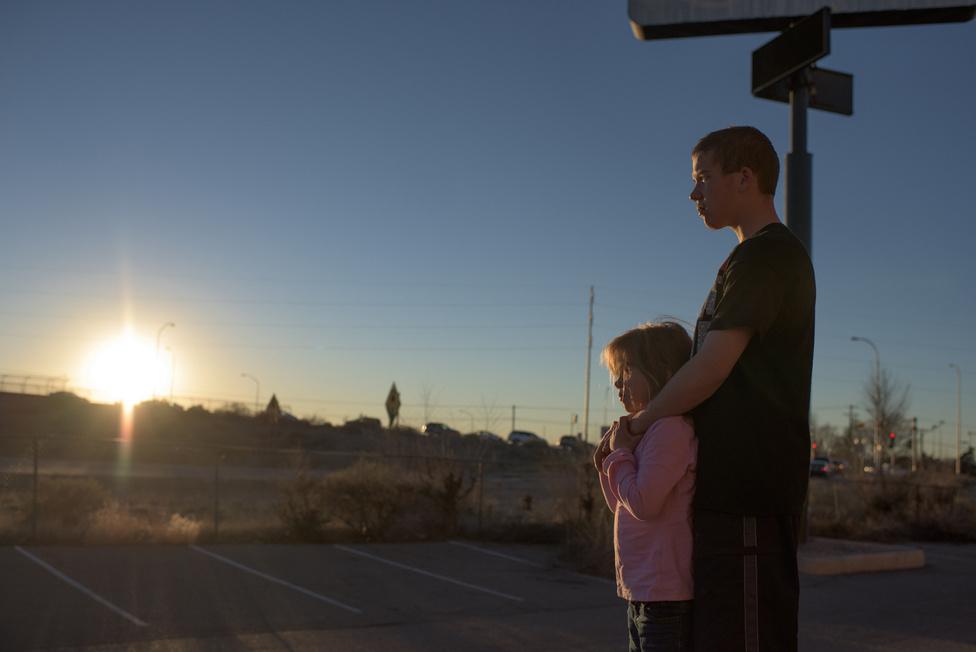 Vinny egyik kistestvérével Elyciával nézi a naplementét. A fiúk édesanyja (Eve) két kisebb gyerekével és David barátnőjével, Feliciával élt együtt egy lakásban, amíg Vinny el volt zárva.