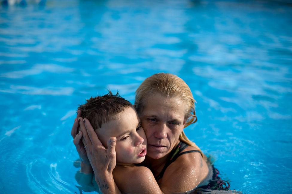 Eve Michaelt tartja annak a motelnek a medencéjében, ahol a kisebb fiai az édesapjukkal élnek.