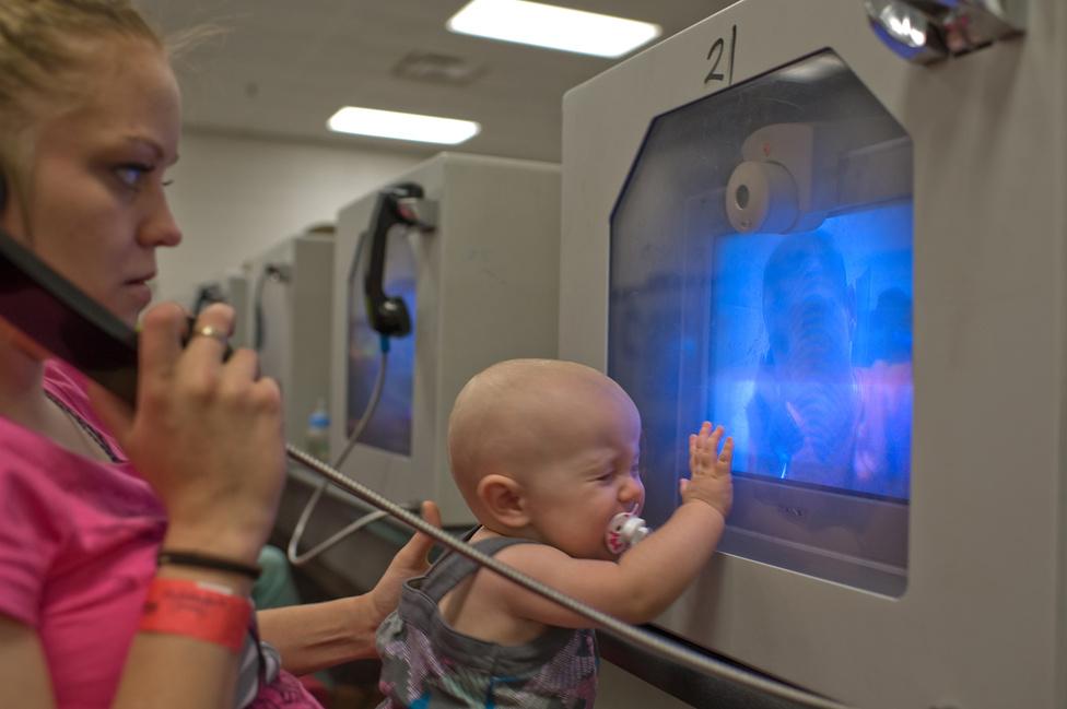 Felicia és az akkor 10 hónapos kislánya, Lily képernyőn nézik a beszélőn Davidet.