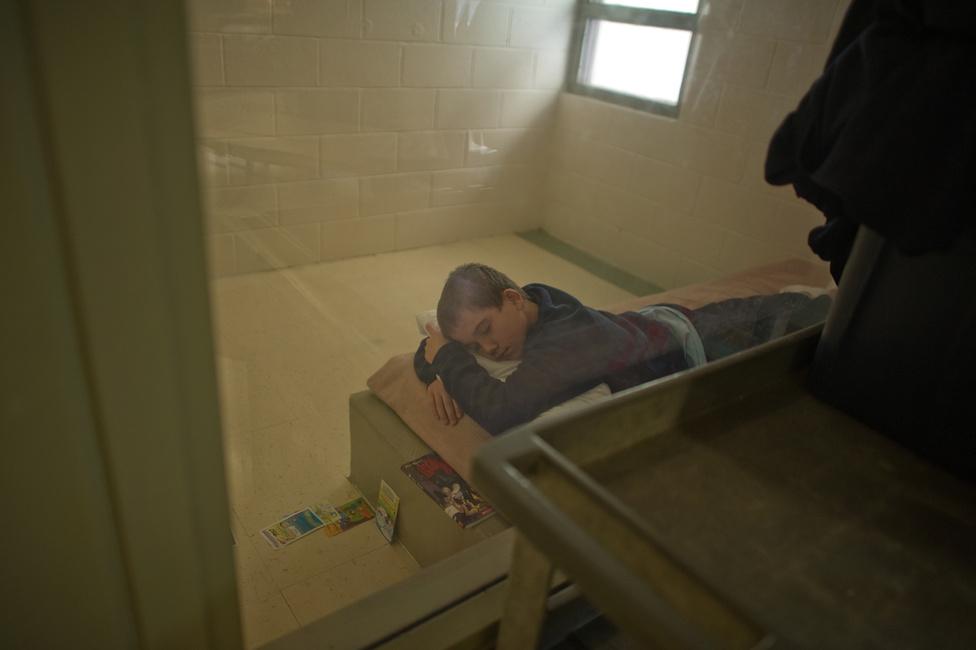 Vinny a cellájában fekszik.