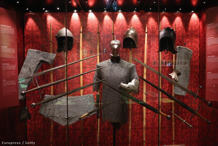 Az azincourt-i csatában használt fegyverzet kiállításon a londoni Towerben