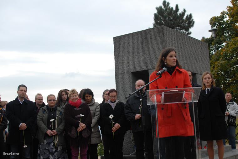 Szél Bernadett az LMP társelnöke tart beszédet a Mansfeld Péter parkban.