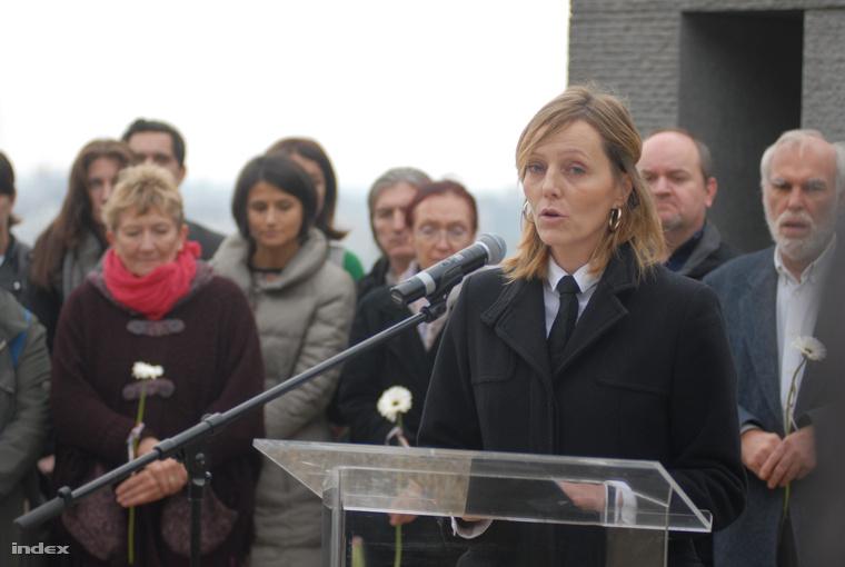 Hajdu Mária, az LMP emlékezetpolitikai szakszóvivője tart beszédet a Mansfeld Péter parkban, 2015. október 23-án.