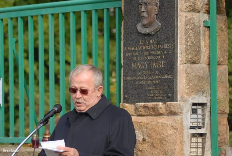 Kuncze Gábor tart beszédet a Nagy Imre emlékháznál.