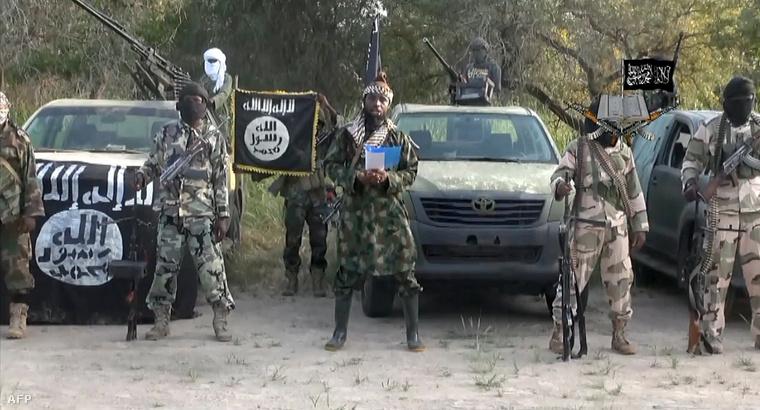 A Boko Haram fegyveresei az IS zászlójával