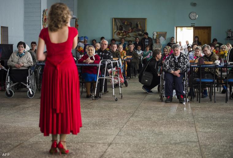 Eladás egy idősek otthonában a saját függetlenségét kikiáltó donyecki régióban. (2015. április)