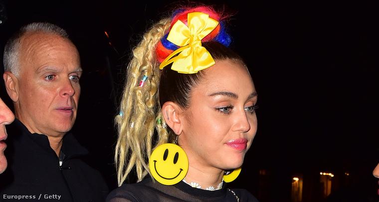 Miley Cyrus partizni indul egy októberi estén New Yorkban