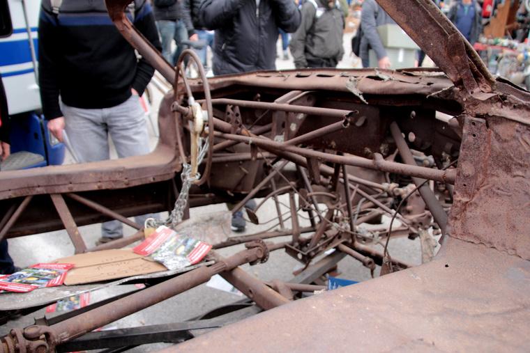 A kormány maradványait a csövekhez láncolták