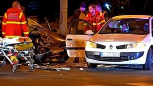 Két autó karambolozott Újpesten, az egyik sérült beszorult a roncsba