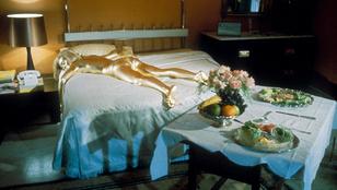Újra bearanyozták a mostmár 78 éves Bond-lány testét