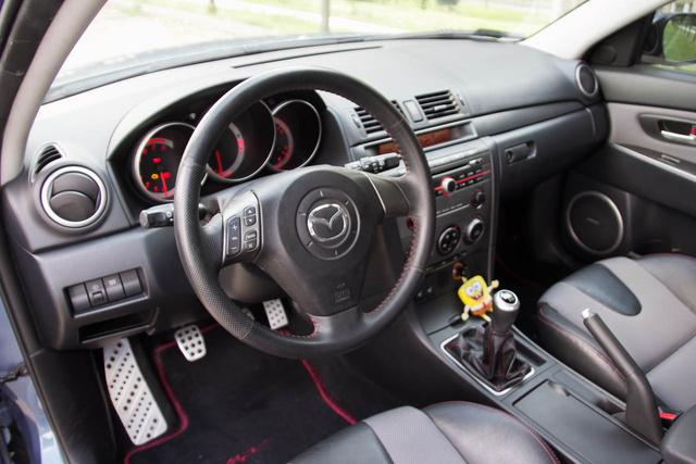 Az első Mazda 3 beltere. Na jó, ez pont egy MPS, vagyis a turbós alázógép, de a hangulat hasonló az alapmodellben is