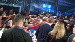 Justin Biebert a testőre rántotta ki rajongója markából az MTV EMA-n