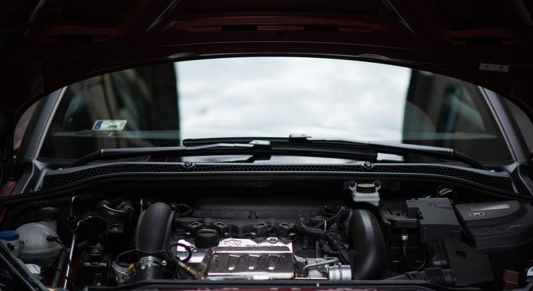 Kevés autónál látszik nyitott géptetővel ennyi utastér, és ilyen kevés motor