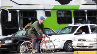 Sokkoló videó egy biciklis és egy autós ütközéséről