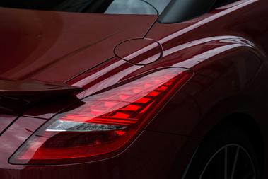 Ez van a bordó színnel: megfelelő fényben elképesztő dolgokat ad ki. Mondjuk forma is kell hozzá.