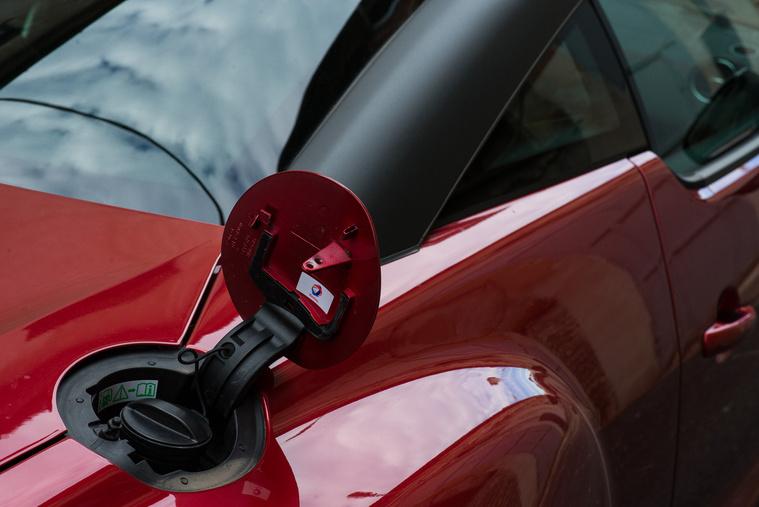 Autóverseny-stílusú tanknyílás, az ilyesmi minden sportos autón kötelező, meg hát a hely is nagyjából így adja ki