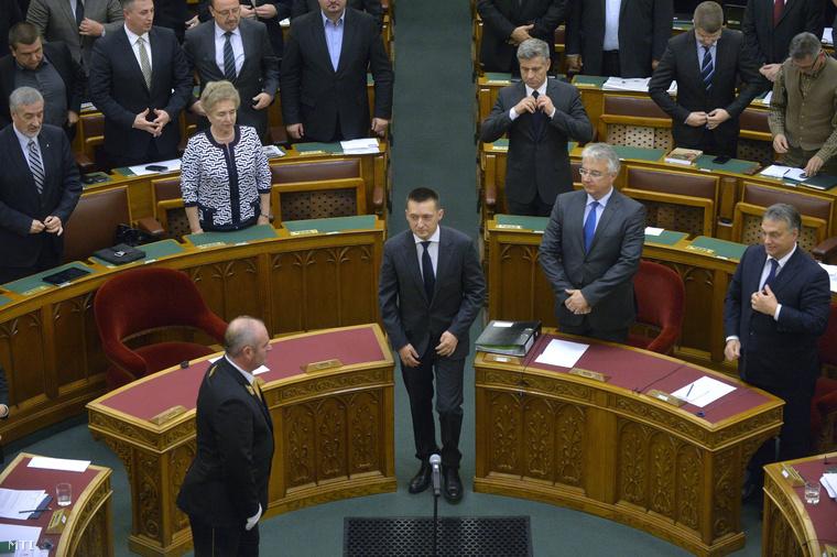 Az október 17-i hatállyal a Miniszterelnöki Kabinetirodát vezető miniszterré kinevezett Rogán Antal (k) eskütételére érkezik az Országgyűlés plenáris ülésén 2015. október 19-én.