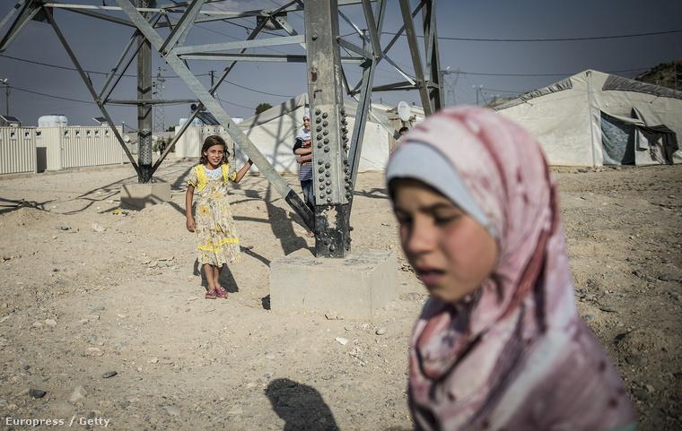 Szíria gyerekek játszanak a nizipi tábor szélén, 2015. május 31-én