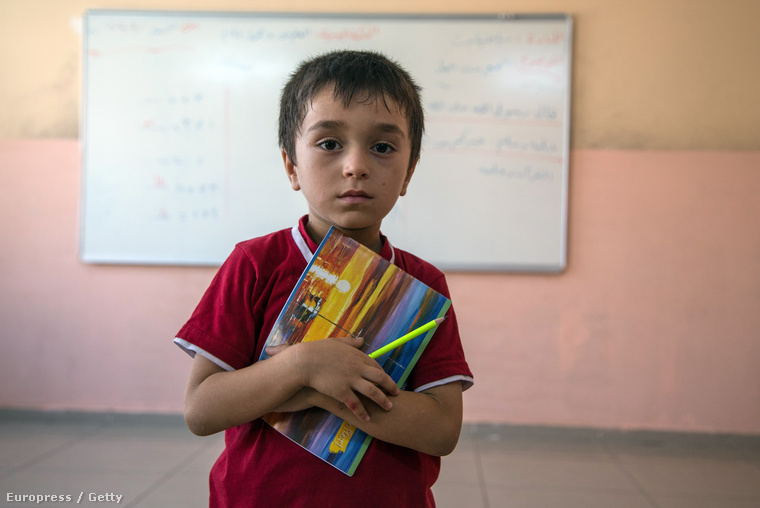 Szíria kisfiú a nizipi táborban kialakított iskolában, 2015. szeptember 30-án