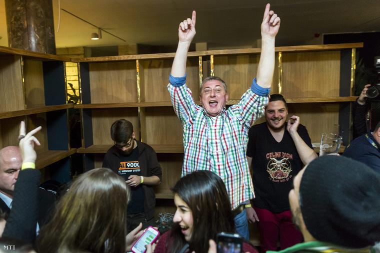 Gyurcsány Ferenc a Demokratikus Koalíció elnöke lemezlovas a Terminál étteremben 2014. december 29-én.