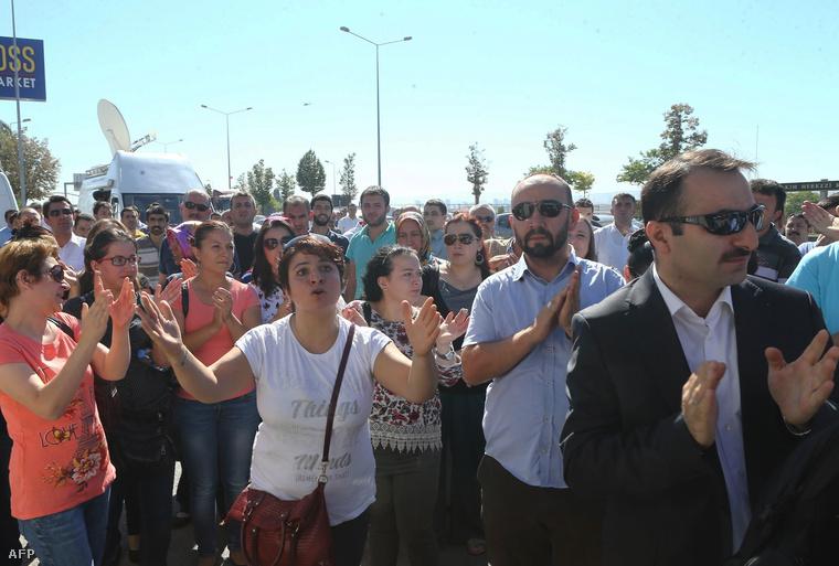 Ellenzéki média munkatársai tüntetnek, miután a rendőrség razziát tartott a szerkesztőségekben, 2015. szeptemberében.