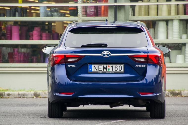 Mintha kicsit Mazda 6-os szeretne lenni, de nem sikerül neki