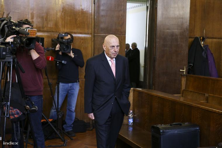 Gergényi Péter nyugalmazott rendőr vezérőrnagy, volt budapesti főkapitány, másodrendű vádlott a volt rendőri vezetők és társaik 2006. őszi eseményekkel összefüggő büntetőperének tárgyalására érkezik a Fővárosi Törvényszék tárgyalótermébe 2015. október 29-én.
