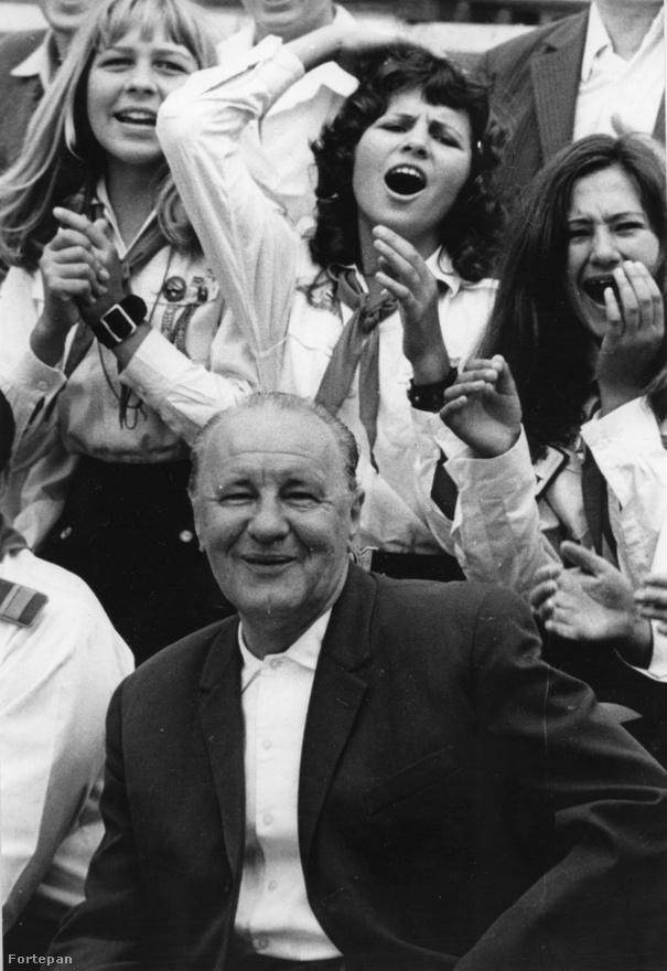 Kádár János 1972-ben személyesen is ellátogatott a csillebérci úttörőtáborba. A legvidámabb barakk diktátora, az emberarcú szocializmus cinkosan összekacsintó sakkjátékosa 1989. július 6-án halt meg, és a minden iskolásnak kötelező pártállami gyermekszervezet sem sokkal élte túl: 1990-ben egyik napról a másikra megszűnt  - bár a Magyar Úttörők Szövetsége papíron a mai napig létezik, és párezer úttörő a 2010-es években is lelkesen énekelgetve tanulja a tűzgyújtás és a csomókötés fortélyait a táborokban.