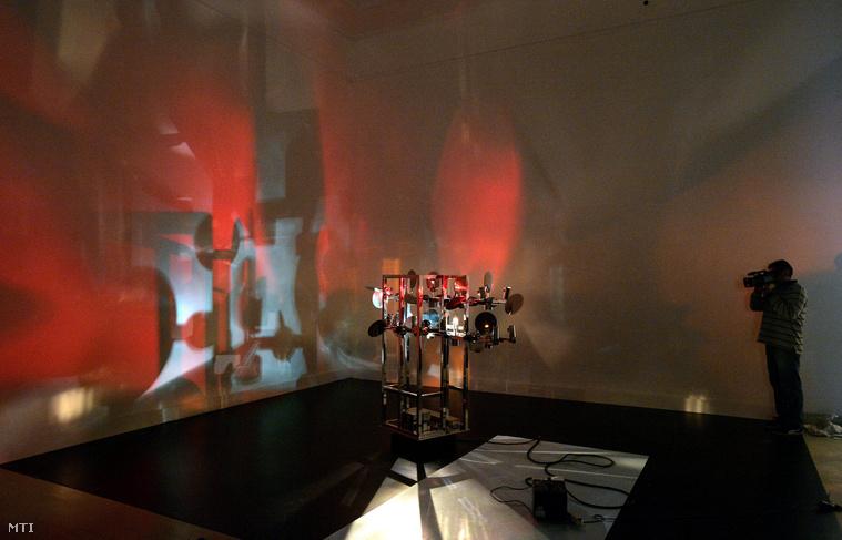 A Chronos 10 című kinetikus fényszobor működés közben